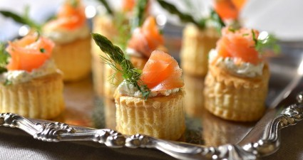 canapes de queso finas yerbas con salmon